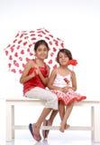 Duas irmãs no tema vermelho e branco Fotos de Stock Royalty Free