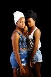 Duas irmãs pretas que estão junto os Scarves principais das partes superiores do short Fotos de Stock Royalty Free