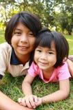 Duas irmãs que têm o bom tempo no parque Imagem de Stock