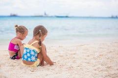 Duas irmãs mais nova nos roupas de banho agradáveis que jogam sobre Imagem de Stock