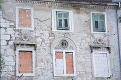 Duas janelas antigas com os obturadores de madeira verdes Imagem de Stock