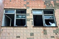 Duas janelas com a casa murada do vidro não tijolo quebrado telhada Fotografia de Stock Royalty Free