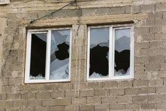 Duas janelas em uma casa inacabado com janelas quebradas Fotografia de Stock Royalty Free