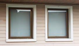 Duas janelas grandes na parede de madeira do teste padrão Imagens de Stock Royalty Free