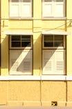 Duas janelas na construção colonial com sombra Fotografia de Stock