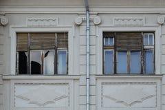 Duas janelas uma quebradas Foto de Stock