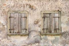 Duas janelas velhas com obturadores fechados Fotos de Stock Royalty Free