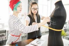 Duas jovens mulheres criativas que trabalham na oficina da oficina Fotos de Stock