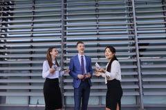 Duas jovens mulheres elegantes, senhoras do negócio e homem novo considerável Fotos de Stock