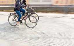Duas jovens mulheres em bicicletas Fotos de Stock Royalty Free