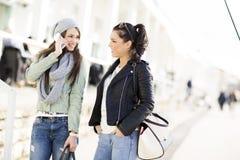 Duas jovens mulheres em exterior Fotos de Stock Royalty Free