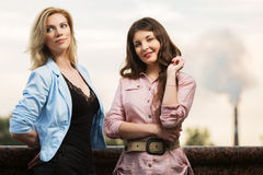 Duas jovens mulheres felizes na rua da cidade imagens de stock royalty free