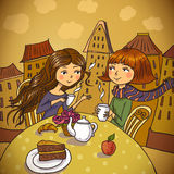 Duas jovens mulheres que bebem o café no café Imagem de Stock Royalty Free