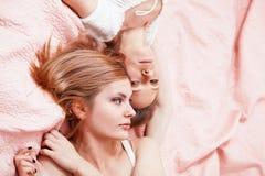Duas jovens mulheres que encontram-se na cama Fotografia de Stock