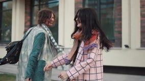 Duas jovens mulheres que perdem tempo e que têm o divertimento que anda na rua os amigos passam o tempo junto Movimento lento filme
