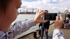 Duas jovens mulheres que tomam a foto no beira-rio Imagens de Stock Royalty Free