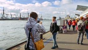 Duas jovens mulheres que tomam a foto no beira-rio Foto de Stock