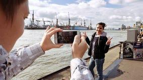 Duas jovens mulheres que tomam a foto no beira-rio Imagens de Stock