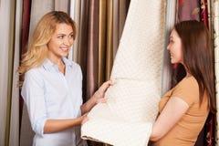 Duas jovens senhoras bonitas que falam na loja Imagem de Stock