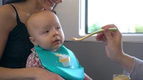 Duas jovens senhoras que alimentam um bebê no trem video estoque