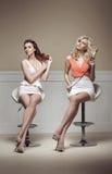 Duas jovens senhoras que tomam de seu cabelo fotos de stock royalty free