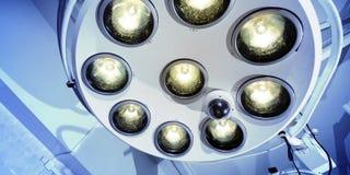 Duas lâmpadas cirúrgicas no quarto de operação vídeos de arquivo