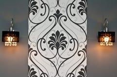 Duas lâmpadas de parede com papel de parede do design floral fotos de stock royalty free