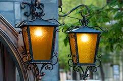 Duas lanternas de bronze em um fundo verde Fotografia de Stock