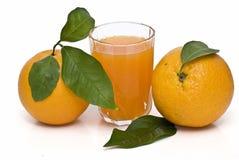 Duas laranjas e um suco. Foto de Stock