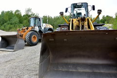 Duas máquinas escavadoras Fotografia de Stock Royalty Free