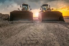 Duas máquinas escavadoras que trabalham em equipe para a construção de uma estrada entre o Madri - Segovia - Valladolid na Espanh fotos de stock royalty free