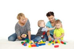 Duas mães com bebês pequenos. Imagens de Stock
