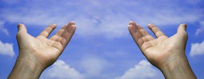 Duas mãos abertas no céu Foto de Stock Royalty Free
