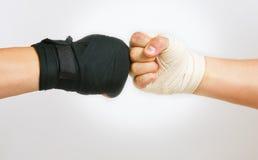 Duas mãos abraçaram a luta romana de braço, o esforço de preto e branco imagens de stock