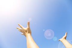 Duas mãos com as palmas abertas com luz solar Imagem de Stock Royalty Free