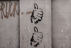 Duas mãos com o polegar tirado acima em uma parede Fotografia de Stock Royalty Free
