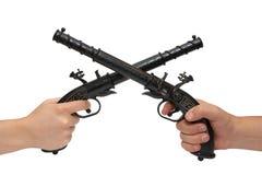 Duas mãos com uma pistola velha Foto de Stock