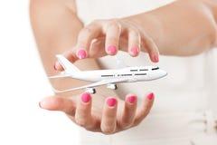 Duas mãos da mulher que protegem o ar ommercial do ¡ branco do ` s Ð de Jet Passenger Imagem de Stock Royalty Free