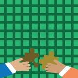 Duas mãos dos homens de negócios que guardam partes coloridas de enigma de serra de vaivém estão a ponto de bloquear as telhas Fu ilustração stock