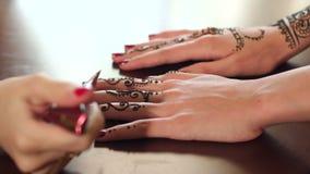 Duas mãos fêmeas do ` s com testes padrões da hena do mehendi vídeos de arquivo