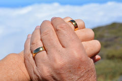 Duas mãos Mão da mulher na mão de um homem Imagens de Stock Royalty Free