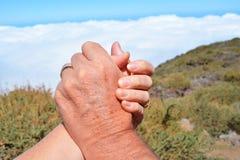 Duas mãos Mão da mulher na mão de um homem Foto de Stock