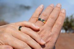 Duas mãos Mão da mulher na mão do homem Imagem de Stock