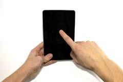 Duas mãos masculinas estão usando a tabuleta, fundo branco Imagem de Stock