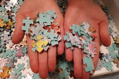 Duas mãos pegaram enigmas foto de stock