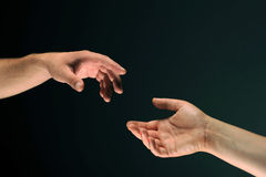 Duas mãos que alcangam entre eles fotografia de stock royalty free