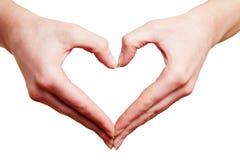 Duas mãos que formam o coração no amor Imagens de Stock