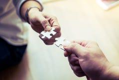 Duas mãos que juntam-se junto à serra de vaivém dois Fotos de Stock Royalty Free