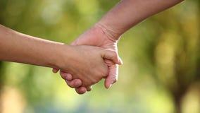 Duas mãos que juntam-se junto video estoque