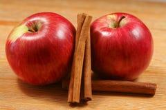 Duas maçãs com canela Fotografia de Stock